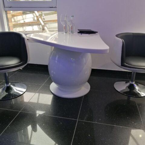 Необычный стол, выполнен из акрилового камня