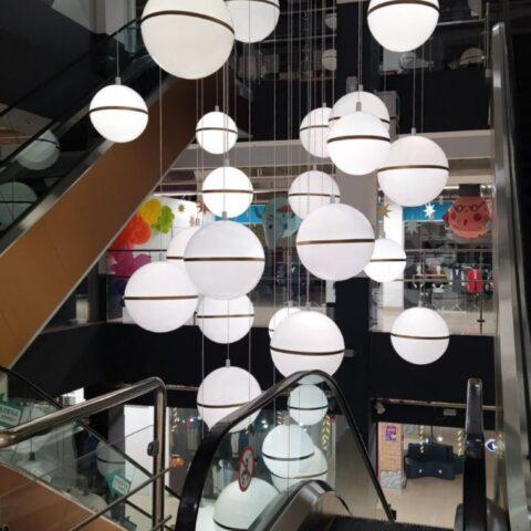 Изготовили масштабную инсталляцию, состоящая из 50-ти световых шаров d 600мм и 800мм